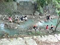 新北投温泉の河原で足湯する人たち