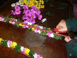 プユマ族大猟祭2012:前日に花の冠とアバイを作って祭の準備