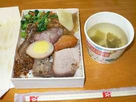 花東公路の列車旅なら名物駅弁:池上弁当を食うのである。
