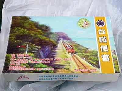 台湾の駅弁といえば排骨がどーん。台鐵便當でもどうぞ。