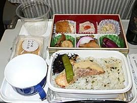 JAL特典航空券で台湾へ。近距離線機内食は弁当で定着のようです。