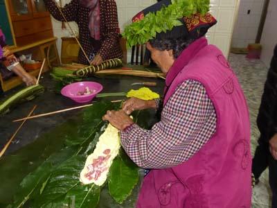 ルカイ族結婚式(魯凱婚禮)の宴会準備は豚の解体から。