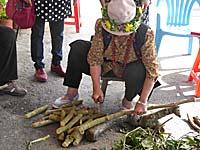 細い木を鉈で切って薪サイズに