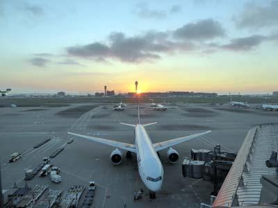 羽田空港の展望デッキから見た朝日