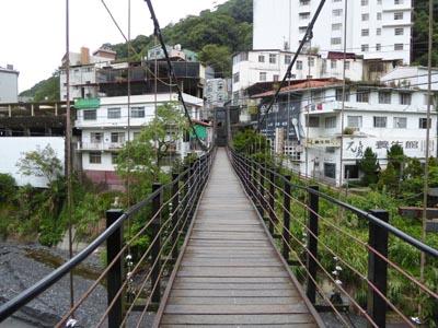 吊り橋の反対側からの眺め