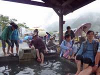 足湯にいる人々