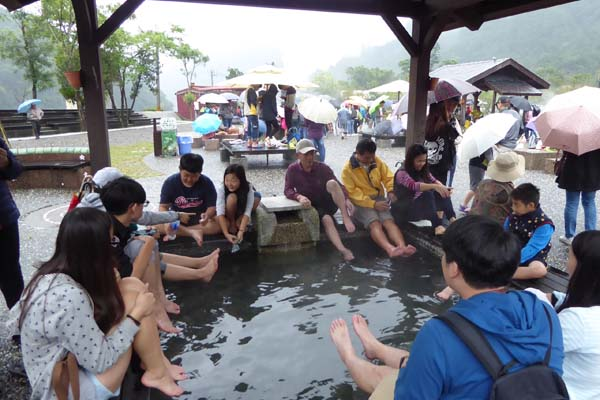 清水地熱公園(清水地熱広場)の足湯。熱くて足を浸けてらんない!