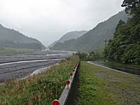 清水渓と側道。舗装されていて歩きやすい
