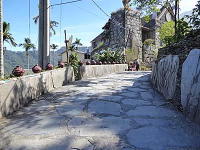 岩板巷から教会を見上げる