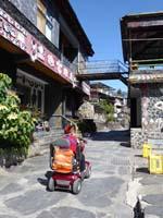岩板巷を電動バイクで上がる