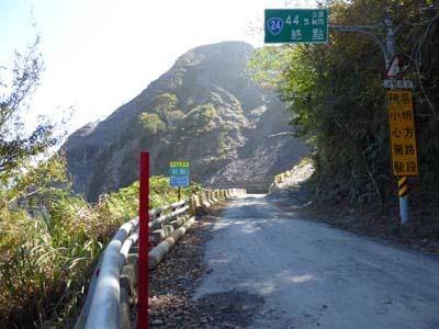 舗装もされていない道路
