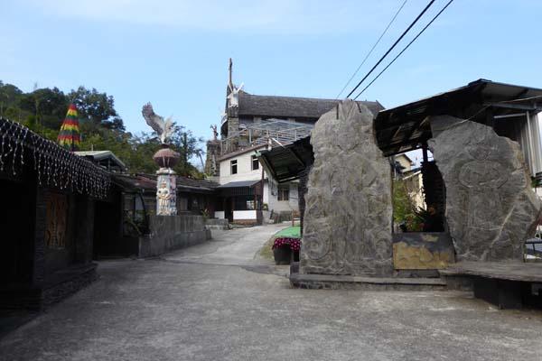 霧台を象徴するスレートの石板屋集落の入口