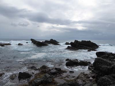 鬼の洗濯板みたいな切れ立った岩と海