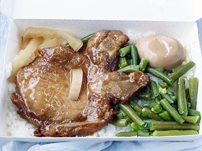 台鐵弁当の中身 豚の煮物、卵、いんげん