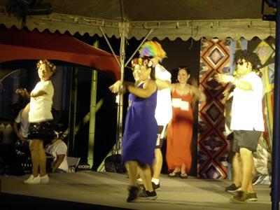 歌って踊るおじさんとおばはんたち