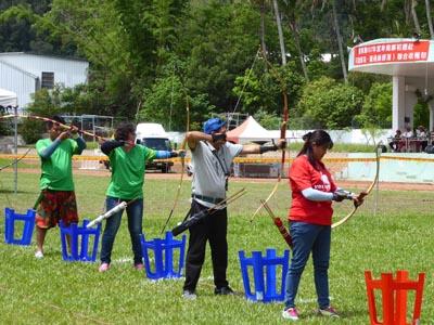 弓矢競技に参加している人たち