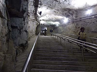 トンネルに降りていく階段