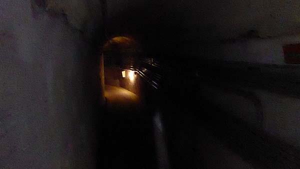 金城民防坑道の中。電気消すと真っ暗。