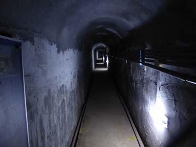 金城民防坑道の中。電気がぼんやり