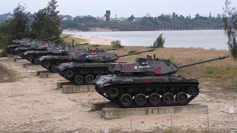 共産党ー国民党の攻防をイメージした戦車展示。